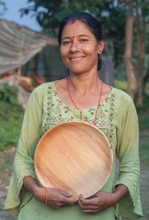 Person mit Teller aus Palmblatt Teller Lila - 28cm